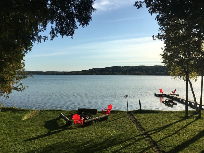 5 minutes from Boyne Mountain and right on Deer Lake  for great views, location de vacances à Boyne City
