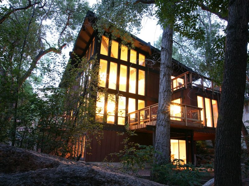 Stream Side Modern Vacation Retreat *Splendid Stay!* 4 bed, 3 bath getaway, location de vacances à Manitou Springs