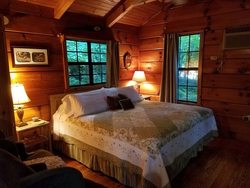 Romantic Couple's Cabin with Private Hot Tub Surrounded by Gorgeous Nature – semesterbostad i Lake Lure