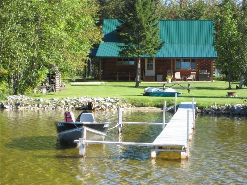 2 Bdrm Lake Front Log Home on S Manistique Lake with Fireplace, alquiler de vacaciones en Mackinac County