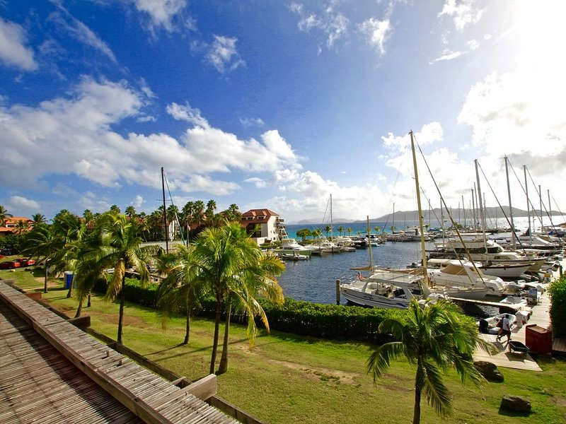 We all need time to unwind! Beautiful marina views!  F310, vakantiewoning in Red Hook