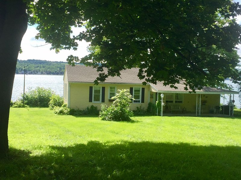 QUINTESSENTIAL FINGER LAKES COTTAGE! CHARM ABOUNDS IN THIS COZY LAKEFRONT GEM!, location de vacances à Webster Crossing