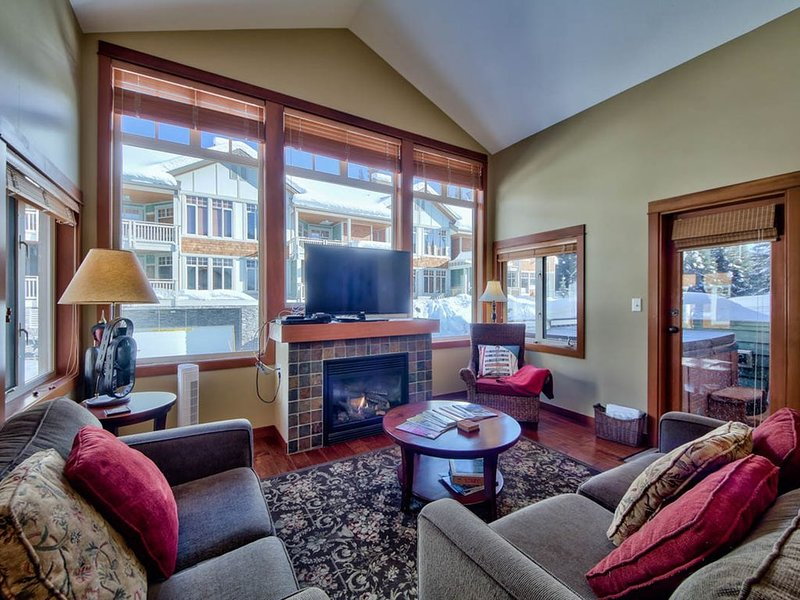 Ski in/out top-floor 2-bedroom condo with private hot tub in Settler's Crossing. – semesterbostad i Sun Peaks