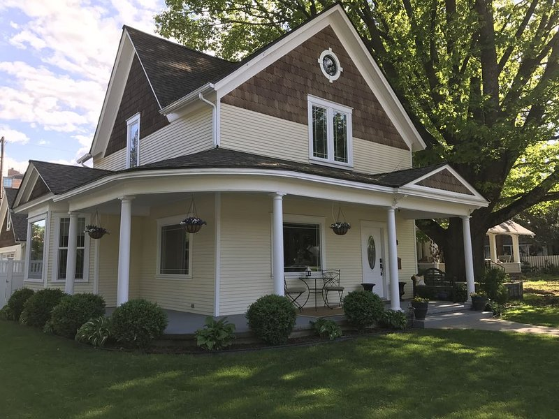 Maison De Fleur - Large, Fully Remodeled Victorian Home Steps from Sherman Ave., holiday rental in Coeur d'Alene
