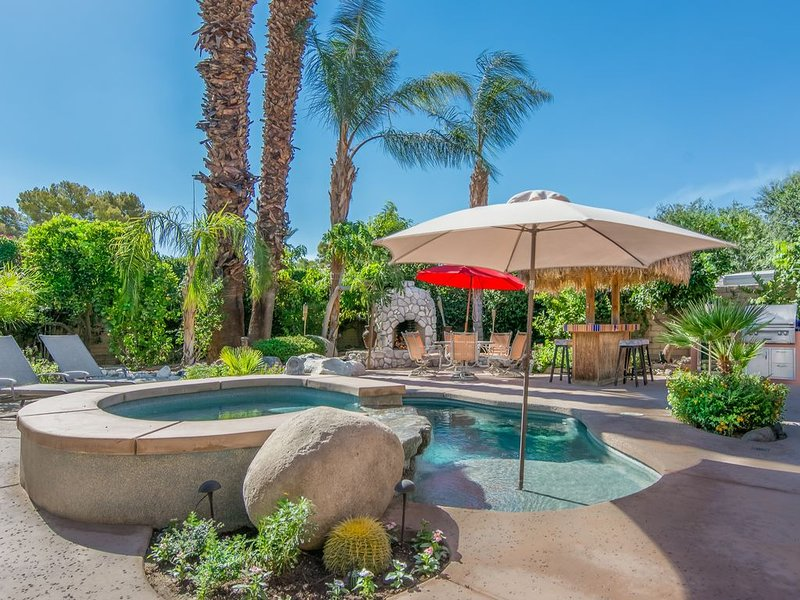GREAT Yard-Hot Tub-Dipping Pool-fruit trees-Cabanna with a 50 inch outdoor TV, holiday rental in Rancho Mirage