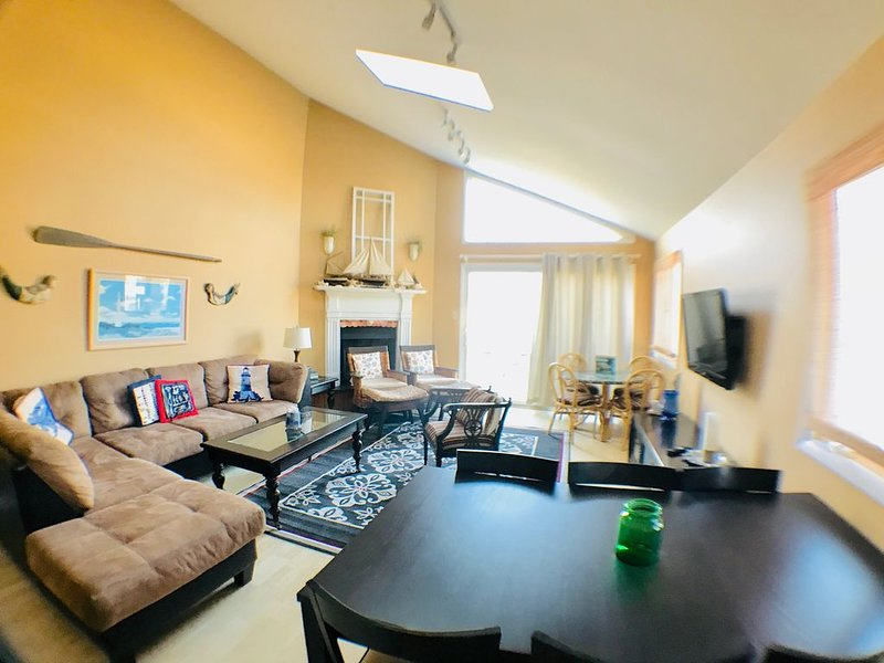 Dog-Friendly Townhome 3 Blocks from the Beach!, location de vacances à Avalon