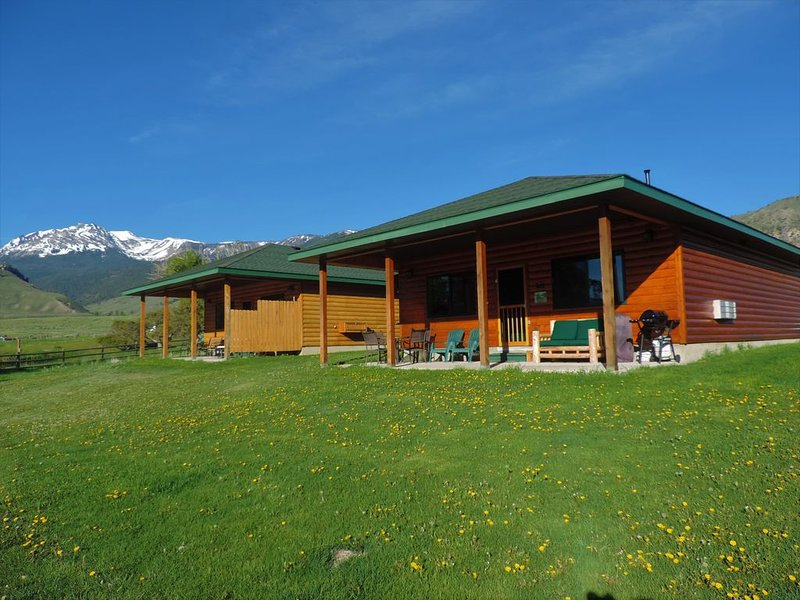 ***FIVE STAR CABIN ON YELLOWSTONE RIVER***!!! THE GRIZZLY DEN CABIN on YNP River, alquiler de vacaciones en Gardiner