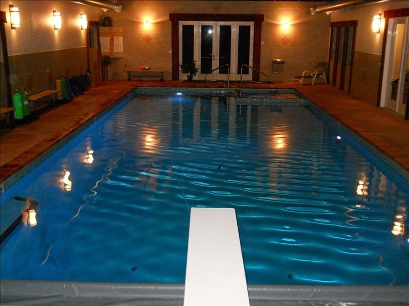Beach House, Heated Indoor Pool & Hot Tub, Beach & 45 ft Dock., holiday rental in Roche Harbor
