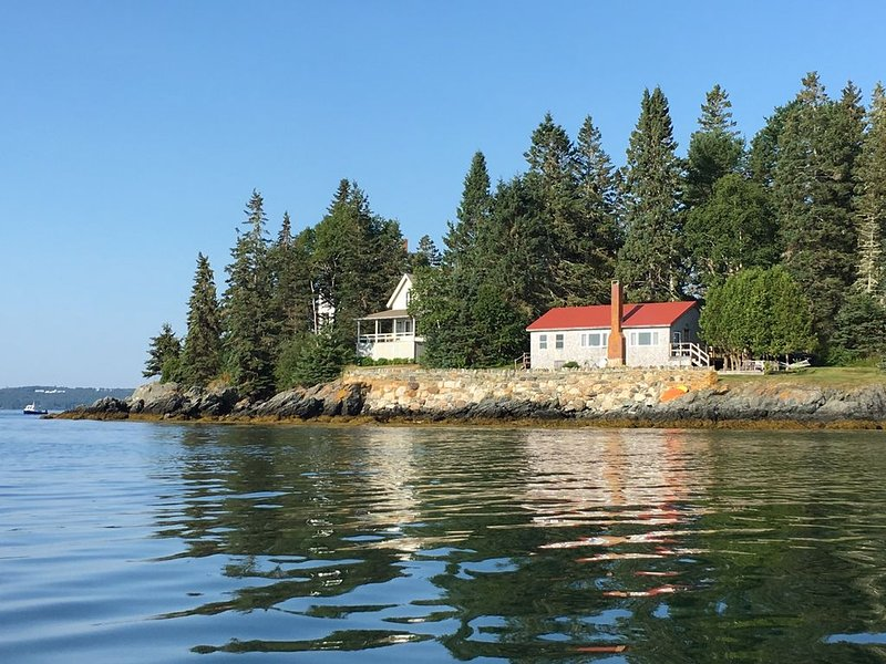 OCEANFRONT COTTAGE WITH STUNNING VIEWS!!!  BRING YOUR PET TOO!! CLOSE TO ACADIA, holiday rental in Hancock
