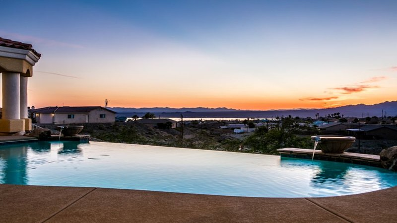 Custom Built Home With Panoramic Lake Views,  Infinity Pool And  Heated Jacuzzi, location de vacances à Ville de Lake Havasu