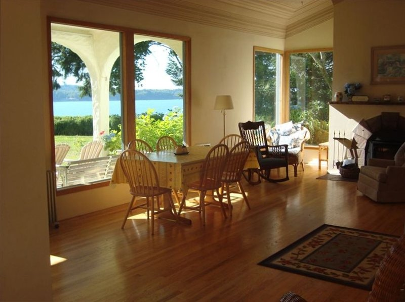 Charming Waterfront Home with Gorgeous View & Private Beach, holiday rental in Hansville