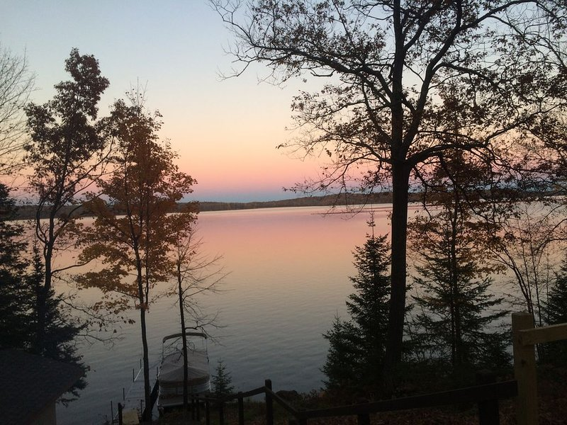 4 Season Nelson Lake cabin, only 5 miles from town, WIFI, Cable, AC,Dogs Welcome, alquiler de vacaciones en Hayward