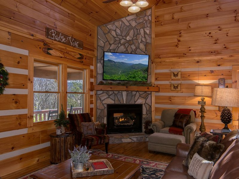 ☆ Luxury ☆ Cabin ☆ 2 K/3 Q ☆ Firepit ☆ Fireplace☆Rustic☆3 Smart TVs☆Large Decks☆, vacation rental in Vilas