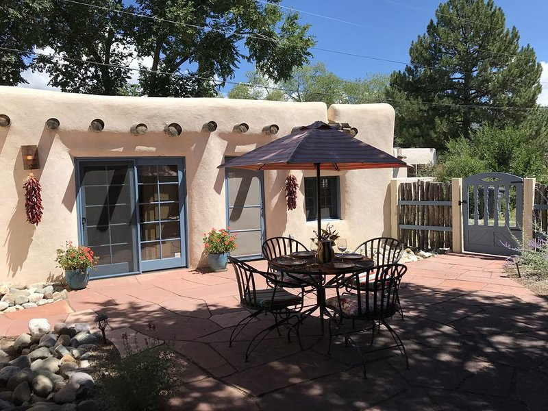 La Posada de Taos, secluded adobe in Historic District, 2 block stroll to Plaza, holiday rental in Taos
