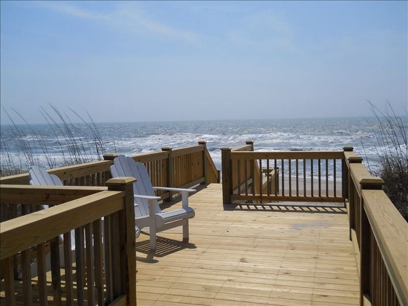 Gorgeous Private Oceanfront Home With Southern Charm!, location de vacances à Holly Ridge