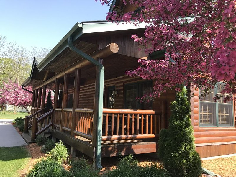 Log Cabin Lodge by Devil's Lake State Park, Downhill Skiing, Cascade Mtn, Dells, holiday rental in Baraboo