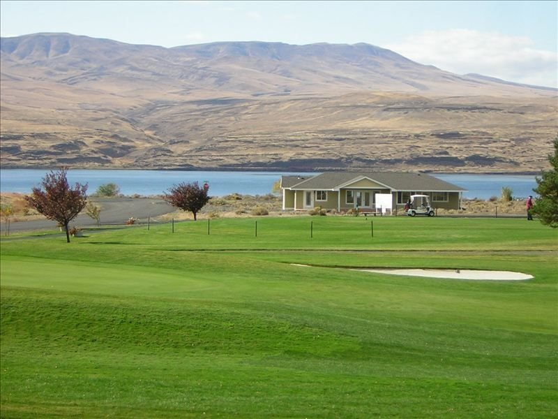 Desert Aire Vacation Home on the Golf Course with River View, holiday rental in Vantage