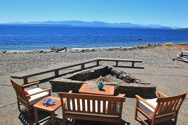 Relax at the Water's Edge in this Amazing, Spacious, 5 Star Beach Home, vacation rental in Camano Island