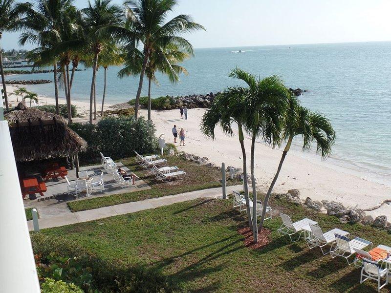 OPEN 2/27 to 3/6--1st FL, no stairs, private beach, heated pool, palm trees, aluguéis de temporada em Key Colony Beach