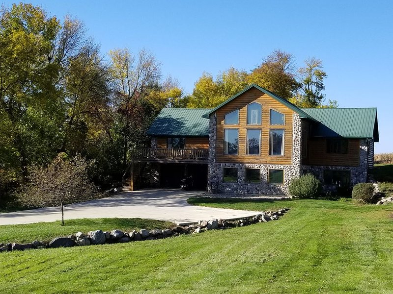Large Log Cabin located on nearly 2 acres across the road from East Lake Okoboji, vacation rental in Iowa