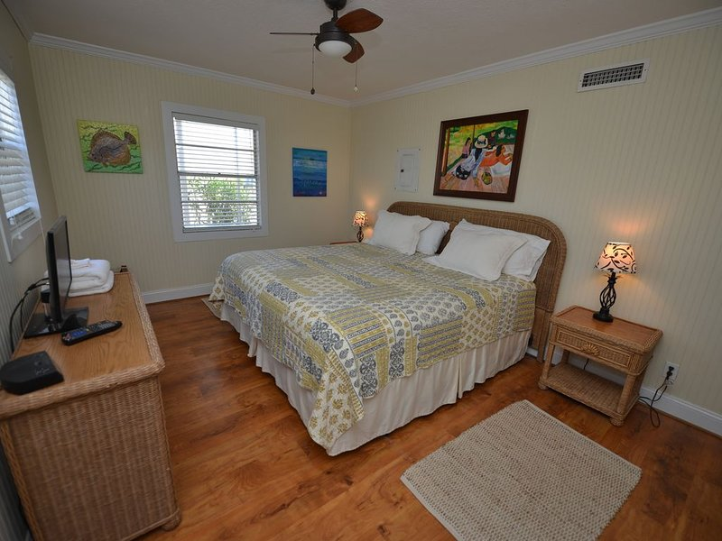 PINEAPPLE BEACH **TROUT **  across from beach  lovely two bedroom w/pool., location de vacances à Eastpoint