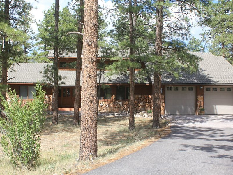 Ponderosa Pines Lodge, Beautiful and Spacious Home, Pet friendly,  sleeps 13, vacation rental in South Fork