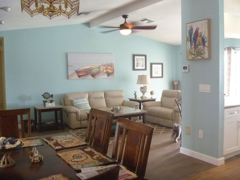 Sunny Waterfront pool home ready for guests!  Bring your boat Small pets ok, holiday rental in Hernando Beach