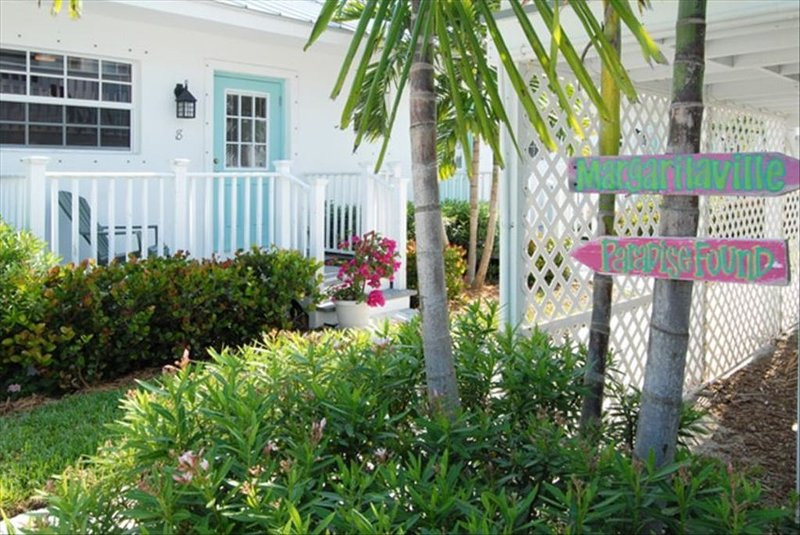 Sea Coral Bungalow - Tropical Hideaway, Steps to the Beach, location de vacances à Fort Pierce