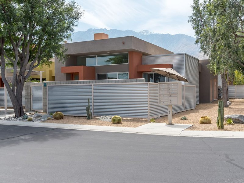 Wonderful Palm Springs Condo with Private Pool and Spa, casa vacanza a North Palm Springs