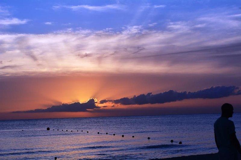 Blick auf den Sonnenuntergang vom Strand