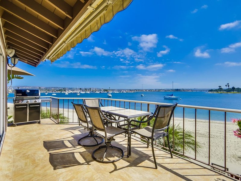 Right On The Beach! Exquisitely Remodelled 3BR/3BA . Perfect For Families., holiday rental in San Diego