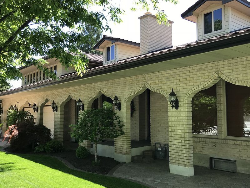 Ideal for Family Reunions & Weddings - 1 Acre of Fun with Beautiful Gardens, vacation rental in Orem