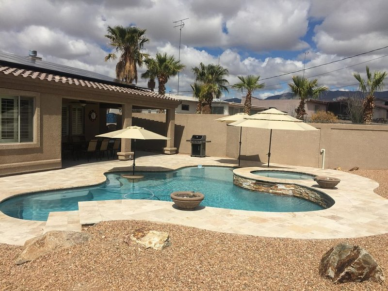 Custom home with pool & spa and 2 master suites. Perfect for snowbirds!, holiday rental in Lake Havasu City