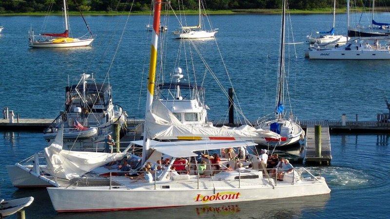 LOOKOUT quittant les quais de Beaufort. appelez pour réserver.