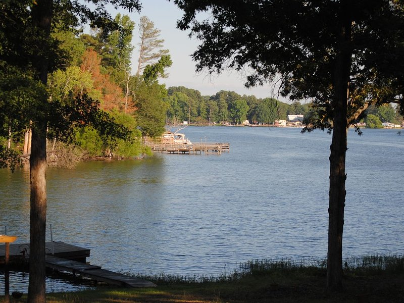 Lake Murray House with great view and Huge screen room, vacation rental in Prosperity