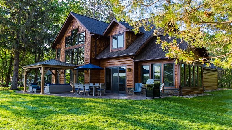 Stunning New Home On Cross Lake, Breathtaking Views 150ft Sandy Shoreline w/dock, aluguéis de temporada em Crosslake