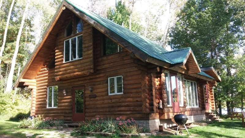 No Phone!! Log Cabin, vacation rental in Luck