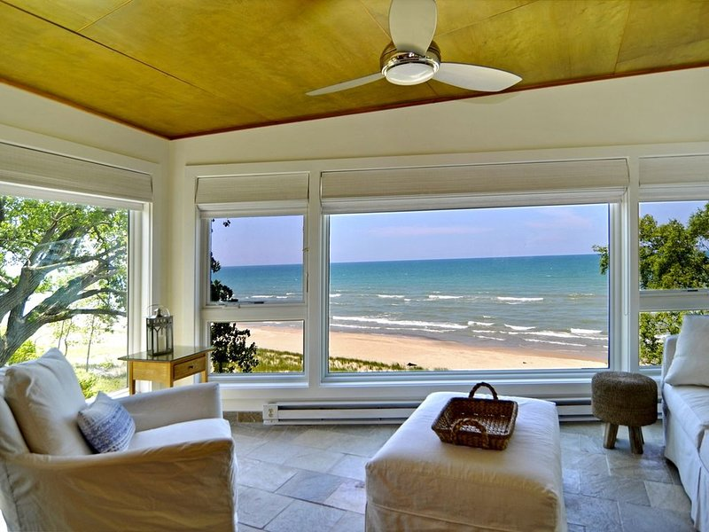 Modern Beachfront  Home With Breathtaking Lake Views and Hot Tub, location de vacances à Union Pier
