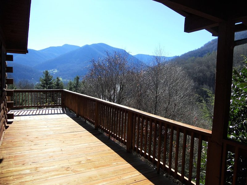 Easy access, minutes from skiing, pet friendly, wifi and cable, cleaning incl., location de vacances à Maggie Valley