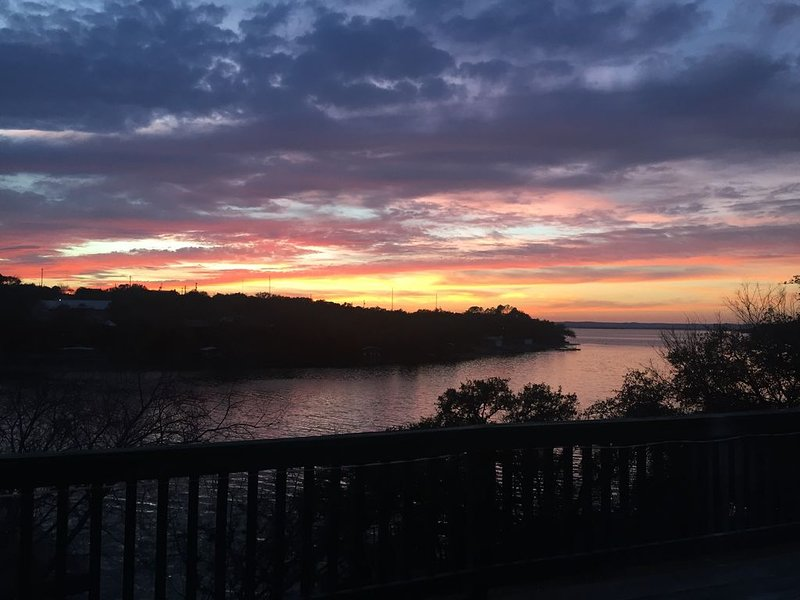 Enjoy our beautifully remodeled Lake Buchanan Waterfront home & multiple decks, holiday rental in Bluffton