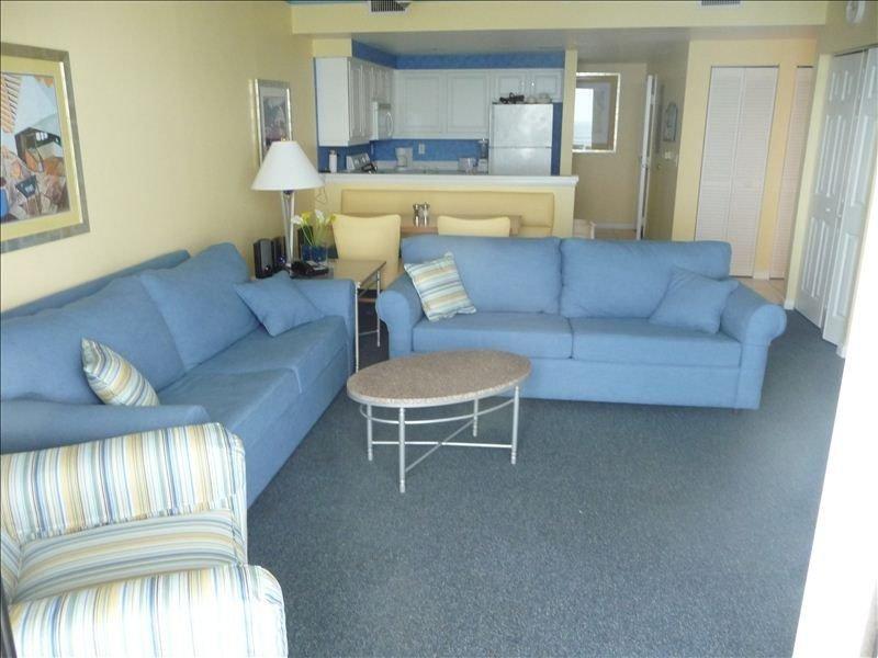 Condo, 3 Bedrooms  2 Baths (Sleeps 8-12) Free Wi-Fi, vacation rental in Daytona Beach