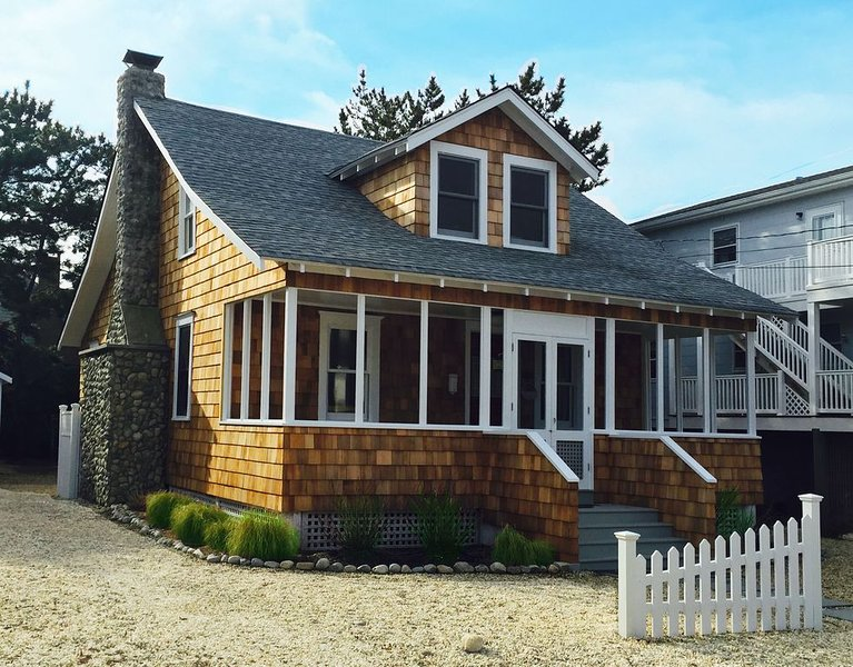 FANTASTIC LOCATION! Gorgeous single family home only 5 houses from the beach!, vacation rental in Harvey Cedars
