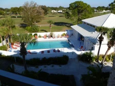 Casa do clube e área da piscina