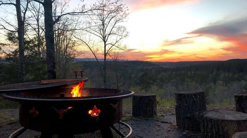 Mountain Vista Retreat-Issi is secluded, with sunset views of the Kiamichi Mnts., holiday rental in Smithville