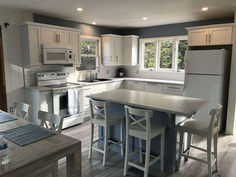 Newly Renovated Waterfront home in the heart of Stanley Bridge, casa vacanza a New London