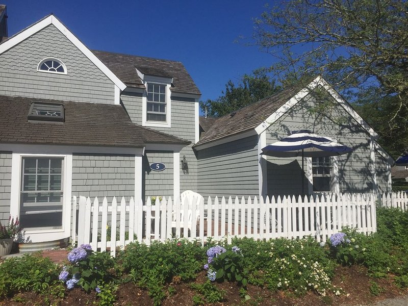 Stunning Nantucket Style Seaside Cottage- Just Steps to the Private Beach!, holiday rental in Mashpee