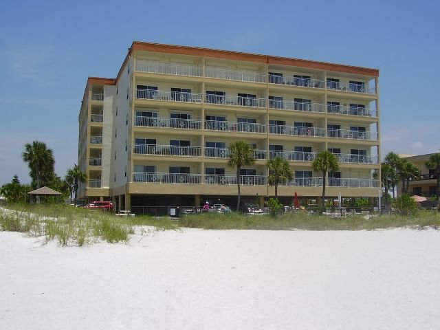 Directly on the Gulf of Mexico enjoy great sunsets and watch the Dolphins, holiday rental in Madeira Beach