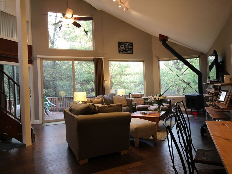Red Gate Retreat - All New, Nestled In Nature, Walk To Main Street!, holiday rental in Murphys