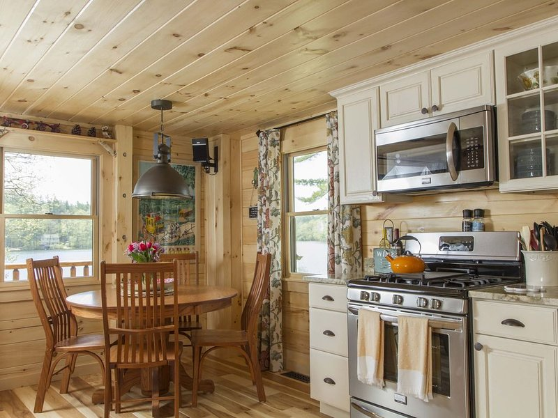 Luxury Log Cabin Lake Winnisquam pvt beach, boat slip,outdoor kitchen, fire pits, vacation rental in Northfield