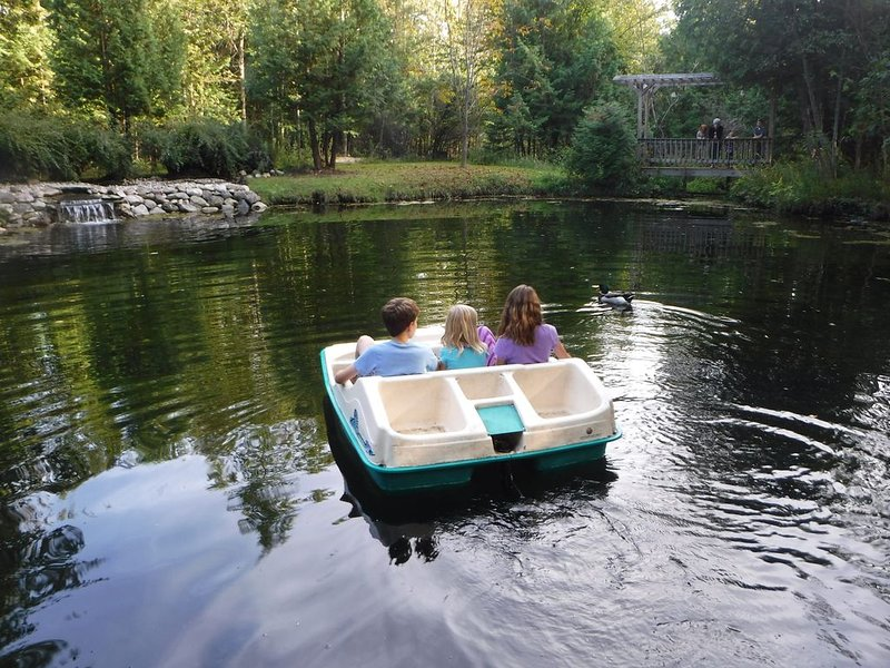 Suttons Bay Vacation Rentals  'The Otter Limit', holiday rental in Suttons Bay